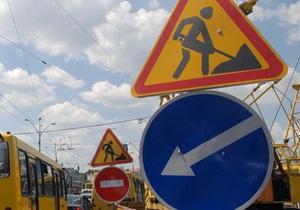 Недалеко от Львова водитель Mercedes врезался в асфальтный каток
