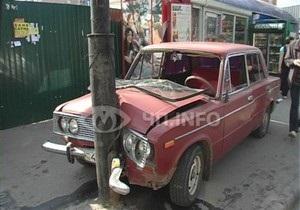 В Киеве водитель сбил на остановке двух человек