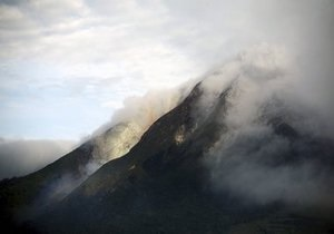 На Камчатке вулкан выбрасывает столбы пепла на высоту 7 км