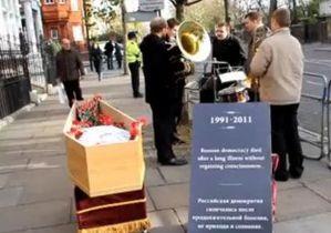 На выборах среди россиян в Британии победило Яблоко. У посольства РФ прошли  похороны российской демократии