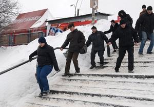 Непогода: москвичам настойчиво советуют сидеть дома и не приглашать гостей