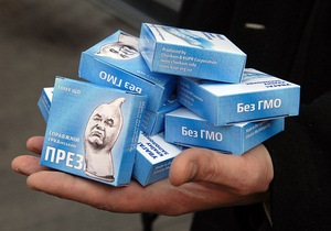 КУПР: В Киеве снова задержали активистов, раздававших презервативы с Януковичем