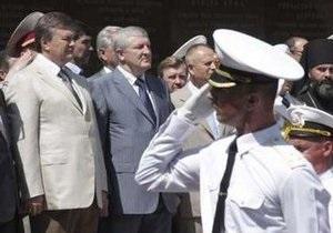 Янукович вручил кортики выпускникам Академии ВМС