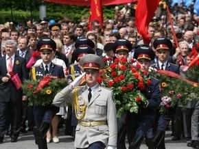 По Крещатику проходит торжественное шествие по случаю Дня Победы