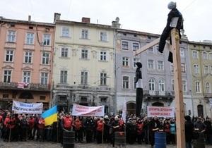 Во Львове протестующие установили виселицу около горсовета