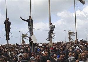 СМИ: Ливийская авиация ведет огонь по демонстрантам