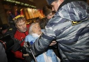 В Москве задержали Эдуарда Лимонова и правозащитницу Алексееву в костюме Снегурочки
