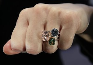 Половина азиатских женщин считает бриллианты не роскошью, а инвестициями