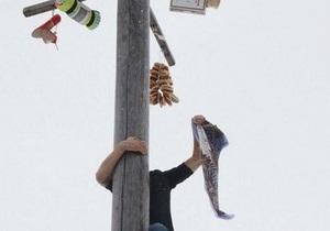 Масленица-2013 - Масленица - новости Сум - В Сумах во время празднования Масленицы мужчина во время конкурса сорвался с Ледяного столба