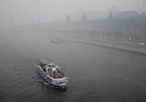 На Москва-реке баржа врезалась в теплоход с выпускниками