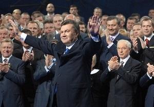 Янукович приостановил свое членство в Партии регионов. Его место занял Азаров
