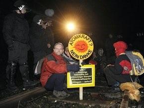 В Германии зеленые пытаются остановить поезд с ядерными отходами