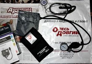 УП: Довгий раздает киевским пенсионерам тонометры