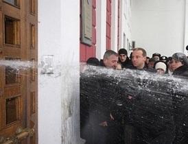 Штурм Одесского горсовета: Охранники облили генерала и прокурора ледяной водой
