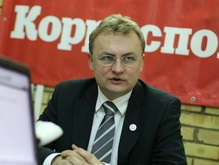 Мэр Львова показал своим противникам средний палец