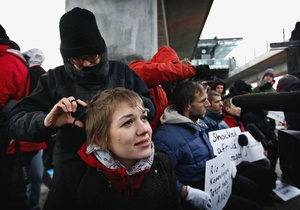 Активисты экологических организаций побрили головы в знак протеста и разочарования саммитом в Копенгагене