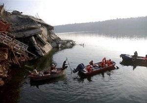 При обрушении моста в Индии погибли 45 человек