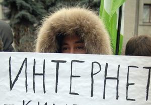 Фотогалерея: Свободу Джулиану Ассанжу! Посольство США в Киеве пикетировали поклонники WikiLeaks