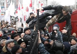 Адвокату Тимошенко, чтобы попасть в суд, пришлось перелезть через забор