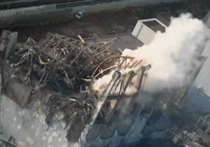 Над реакторами Фукусима-1 поднимается облако белого дыма или пара