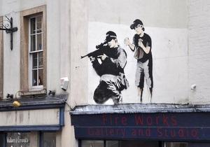 В Великобритании неизвестные закрасили граффити Бэнкси