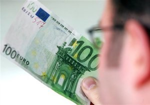 Курс валют: официальный евро отстает от рыночного почти на 25 копеек
