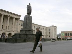 В Гори облили красной краской памятник Сталину