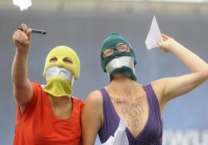 На церемонии памяти защитников демократии в Москве задержали девушку в балаклаве