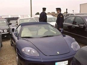 В США грабитель случайно набрал службу спасения, снимая колеса с чужой машины