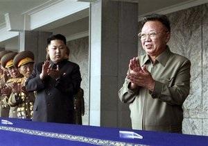 Ким Чен Ир вместе с сыном принял парад по случаю годовщины основания КНДР