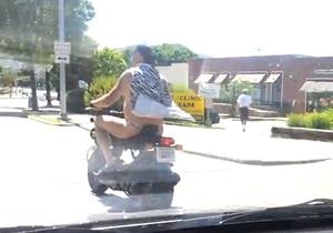 новости США - странные новости: В США полиция не стала арестовывать мужчину, который катался на скутере в стрингах и плаще