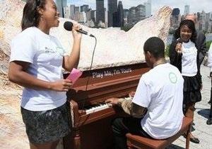 На улицах Нью-Йорка появились десятки пианино