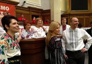 Оппозиция продолжает блокировать трибуну: депутаты Батьківщины пришли в вышиванках