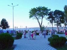 На набережной Анапы лежит 8-метровый голый мужчина