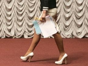 МИД Польши запретил своим сотрудницам носить короткие юбки и глубокие декольте
