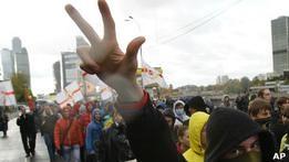 Полиция и националисты сорвали гей-марш в Москве