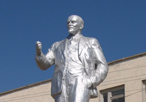 В Крыму разрушили памятник Ленину