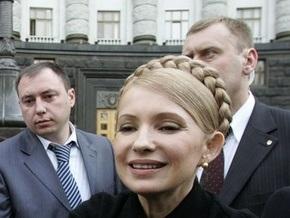 К зданию Кабмина принесли метлу для Тимошенко