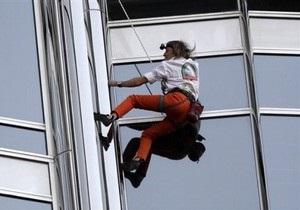 Французский человек-паук взобрался на самое высокое здание в мире