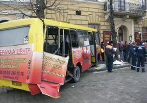 ДТП в центре Львова: трамвай сошел с рельсов и врезался в маршрутку