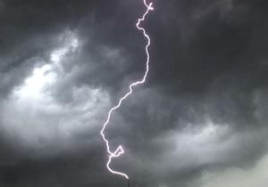 В Ровенской области от удара молнии пострадали четверо взрослых и двое детей