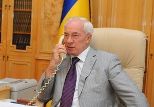 Азаров принял звонок абонента горячей линии и пообещал разобраться с его проблемой