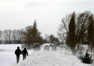 Фотогалерея: Снежный коллапс под Полтавой. Свадьба в сугробах и чай от МЧС