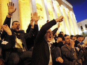 Грузинские оппозиционеры забросали яйцами машину главы парламента