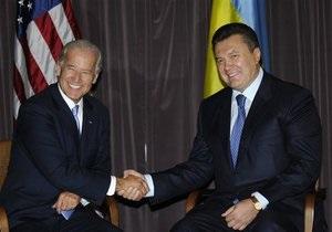 Байден побеседовал с Януковичем: США призвали провести честные выборы