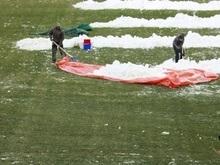 Английские болельщики отогревают футбольное поле дровами