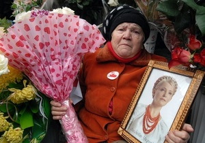 Тимошенко поздравили цветами и митингом у стен колонии