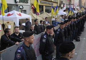 На Крещатик прибывает милиция. Часть улицы перекрыта