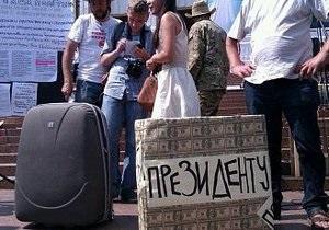 Возле Украинского дома Януковичу собрали чемодан и билет в Беларусь