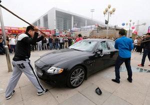 Китаец разгромил свой Maserati в знак протеста против плохого обслуживания